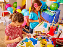 Μικρό κορίτσι ομάδας με τη ζωγραφική βουρτσών στο δημοτικό σχολείο Στοκ εικόνες με δικαίωμα ελεύθερης χρήσης