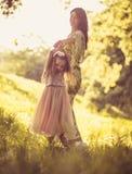 Μικρό κορίτσι ομορφιάς με τη μητέρα της που παίζει στη φύση Στοκ Εικόνες