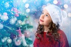 Μικρό κορίτσι παιδιών κοντά στο χριστουγεννιάτικο δέντρο invitation new year Στοκ εικόνα με δικαίωμα ελεύθερης χρήσης