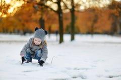 Μικρό κορίτσι που έχει τη διασκέδαση στη χειμερινή πόλη Στοκ Εικόνα