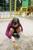 Μικρό κορίτσι που έχει τη διασκέδαση στο playgound Στοκ εικόνες με δικαίωμα ελεύθερης χρήσης