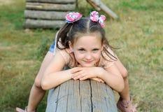 Μικρό κορίτσι που έχει τη διασκέδαση στην παιδική χαρά στο πάρκο στοκ εικόνα με δικαίωμα ελεύθερης χρήσης