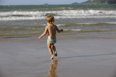 Μικρό κορίτσι που έχει τη διασκέδαση στην παραλία Στοκ εικόνα με δικαίωμα ελεύθερης χρήσης