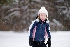 Μικρό κορίτσι που έχει τη διασκέδαση τη χειμερινή ημέρα Στοκ Φωτογραφία
