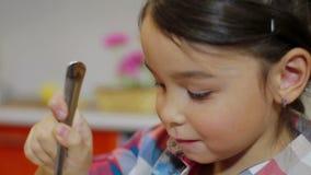Μικρό κορίτσι που έχει το οικογενειακό γεύμα φιλμ μικρού μήκους