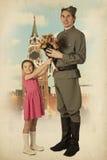 Μικρό κορίτσι που δίνει την ανθοδέσμη των λουλουδιών στο σοβιετικό στρατιώτη Στοκ Εικόνα