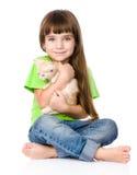Μικρό κορίτσι που αγκαλιάζει το γατάκι η ανασκόπηση απομόνωσε το λευκό Στοκ Εικόνες