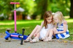 Μικρό κορίτσι που ανακουφίζει την αδελφή της μετά από το ατύχημα Στοκ εικόνες με δικαίωμα ελεύθερης χρήσης