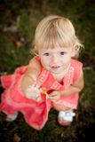 Μικρό κορίτσι που ανατρέχει Στοκ φωτογραφία με δικαίωμα ελεύθερης χρήσης