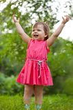 Μικρό κορίτσι που αυξάνεται επάνω στα χέρια της στοκ φωτογραφίες