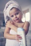 Μικρό κορίτσι που βάζει το λοσιόν στο δέρμα της Στοκ φωτογραφία με δικαίωμα ελεύθερης χρήσης