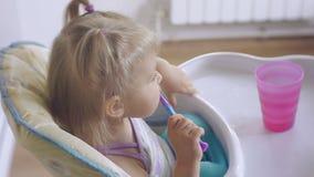 Μικρό κορίτσι που βουρτσίζει επιμελώς τα δόντια του φιλμ μικρού μήκους
