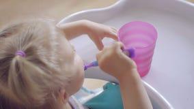 Μικρό κορίτσι που βουρτσίζει επιμελώς τα δόντια του απόθεμα βίντεο