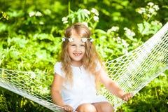 Μικρό κορίτσι που βρίσκεται στην αιώρα Στοκ εικόνες με δικαίωμα ελεύθερης χρήσης