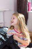 Μικρό κορίτσι που βρίσκεται στο κρεβάτι στο σπίτι στοκ φωτογραφία με δικαίωμα ελεύθερης χρήσης