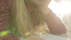 Μικρό κορίτσι που βρίσκεται στο πάτωμα και το που γράφουν σε ένα σημειωματάριο φιλμ μικρού μήκους