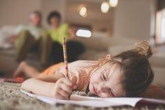 Μικρό κορίτσι που γράφει στο σπίτι Στοκ φωτογραφίες με δικαίωμα ελεύθερης χρήσης
