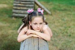 Μικρό κορίτσι που είναι λυπημένο στην παιδική χαρά στο πάρκο στοκ εικόνες