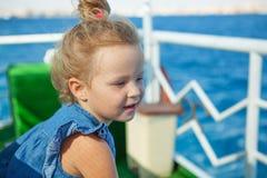 Μικρό κορίτσι που εξετάζει την μπλε θάλασσα Στοκ Φωτογραφίες