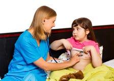 Μικρό κορίτσι που εξετάζεται από τον παιδίατρο Στοκ φωτογραφίες με δικαίωμα ελεύθερης χρήσης