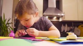 Μικρό κορίτσι που κάνει μια κάρτα απόθεμα βίντεο