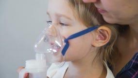 Μικρό κορίτσι που κάνει την εισπνοή με nebulizer απόθεμα βίντεο