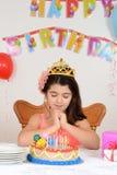 Μικρό κορίτσι που κάνει την επιθυμία γενεθλίων Στοκ εικόνες με δικαίωμα ελεύθερης χρήσης
