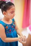 Μικρό κορίτσι που κάνει την επιθυμία Στοκ φωτογραφίες με δικαίωμα ελεύθερης χρήσης