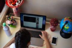 Μικρό κορίτσι που κάνει την εργασία της στο lap-top στοκ φωτογραφίες με δικαίωμα ελεύθερης χρήσης