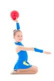 Μικρό κορίτσι που κάνει τη γυμναστική με τη σφαίρα που απομονώνεται στο λευκό Στοκ Εικόνες