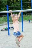 Μικρό κορίτσι που κάνει τις αθλητικές ασκήσεις στο πάρκο στοκ εικόνα με δικαίωμα ελεύθερης χρήσης