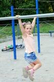 Μικρό κορίτσι που κάνει τις αθλητικές ασκήσεις στο πάρκο Στοκ Εικόνες
