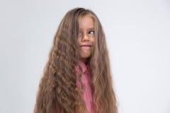 Μικρό κορίτσι που κάνει το ανόητο πρόσωπο Στοκ Φωτογραφία