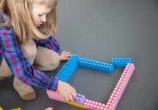 Μικρό κορίτσι που κατασκευάζει με το σύνολο κατασκευής Στοκ Εικόνα
