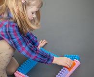Μικρό κορίτσι που κατασκευάζει με το σύνολο κατασκευής Στοκ φωτογραφία με δικαίωμα ελεύθερης χρήσης