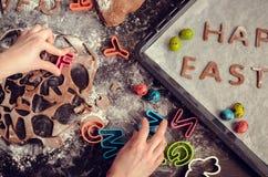 Μικρό κορίτσι που κατασκευάζει τα μπισκότα Πάσχας Στοκ εικόνες με δικαίωμα ελεύθερης χρήσης