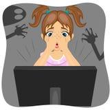 Μικρό κορίτσι που καλύπτει το πρόσωπό της προσέχοντας τη ταινία τρόμου στο διαδίκτυο Σκιά του φαντάσματος στον τοίχο Στοκ Εικόνες