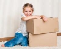 Μικρό κορίτσι που κινείται στο καινούργιο σπίτι στοκ φωτογραφία με δικαίωμα ελεύθερης χρήσης
