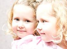 Μικρό κορίτσι που κοιτάζει στον καθρέφτη Στοκ Εικόνες