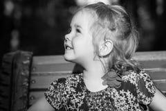 Μικρό κορίτσι που κοιτάζει στο φως μαύρο λευκό Στοκ φωτογραφίες με δικαίωμα ελεύθερης χρήσης