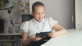 Μικρό κορίτσι που κρατά έναν ψηφιακό υπολογιστή ταμπλετών φιλμ μικρού μήκους