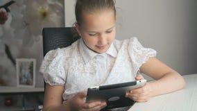 Μικρό κορίτσι που κρατά έναν ψηφιακό υπολογιστή ταμπλετών απόθεμα βίντεο