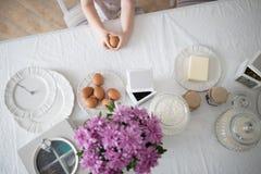 Μικρό κορίτσι που κρατά ένα αυγό Πάσχας στοκ εικόνες με δικαίωμα ελεύθερης χρήσης