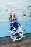 Μικρό κορίτσι που κρατά ένα τιμόνι Στοκ Εικόνα