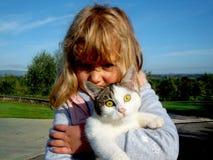 Μικρό κορίτσι που κρατά τη γάτα Στοκ φωτογραφία με δικαίωμα ελεύθερης χρήσης