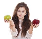 Μικρό κορίτσι που κρατά δύο μήλα Στοκ φωτογραφία με δικαίωμα ελεύθερης χρήσης