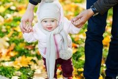 Μικρό κορίτσι που κρατά dad& της x27 χέρι του s που πηγαίνει στο πάρκο φθινοπώρου Στοκ εικόνα με δικαίωμα ελεύθερης χρήσης