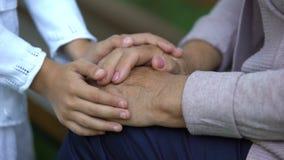Μικρό κορίτσι που κτυπά ήπια τα χέρια της ηλικιωμένων γιαγιάς, της αγάπης και της προσοχής της φιλμ μικρού μήκους