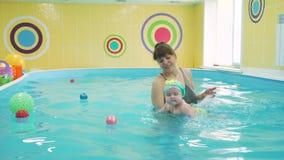 Μικρό κορίτσι που μαθαίνει να κολυμπά στη λίμνη απόθεμα βίντεο