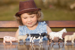 Μικρό κορίτσι που μελετά τα ζώα αγροκτημάτων Στοκ Φωτογραφία